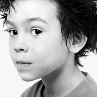 Photo d'un pré-adolescent aux cheveux en pointes